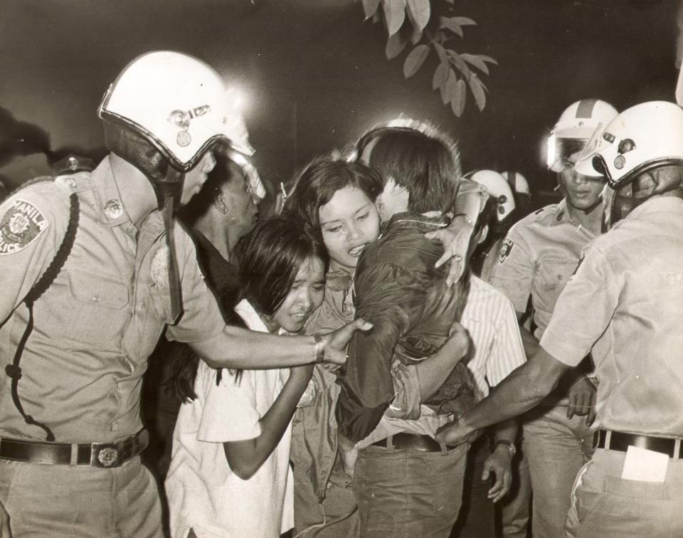 ActivistsshieldstudentReneCiriaCruzfromarrestingofficersattheU.S.Embassy,December29,1969 (Source:RomeoCandazo)