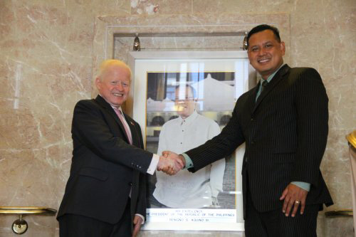Eduardo Angeles,Federal Aviation Administration (FAA) Associate Administrator for Airports (right),paid a visit to Ambassador Jose L. Cuisia at the Philippine Embassy in Washington, D.C. (Source:www.philippineembassy-usa.org,photo by Resty David)