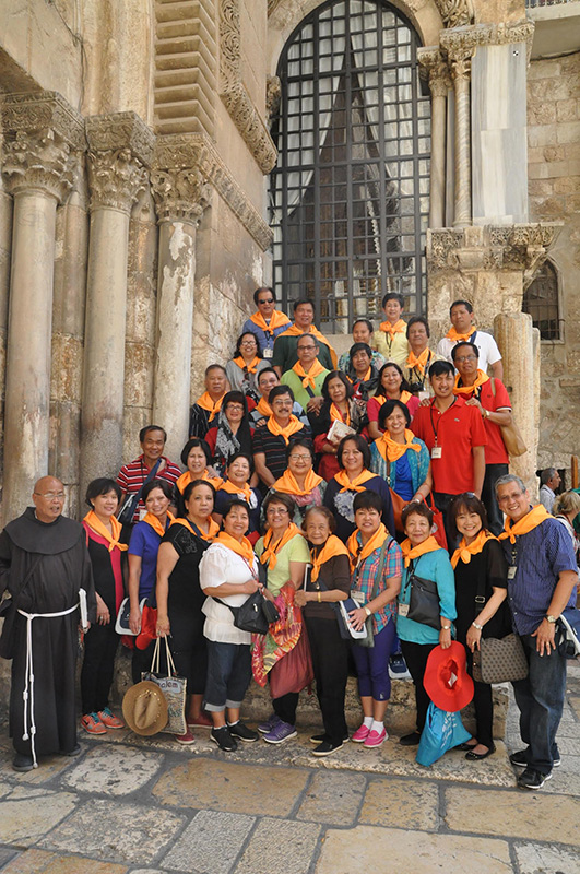 Father Angelo (left) with Filipino Australian pilgrims (Photo courtesy of Noni Mendoza)