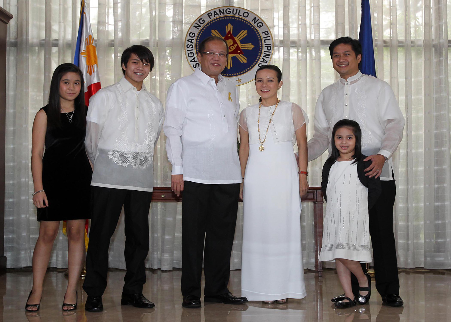 Grace Poe and her family, with President Benigno Aquino III in 2010 (Source: wikipedia.org)
