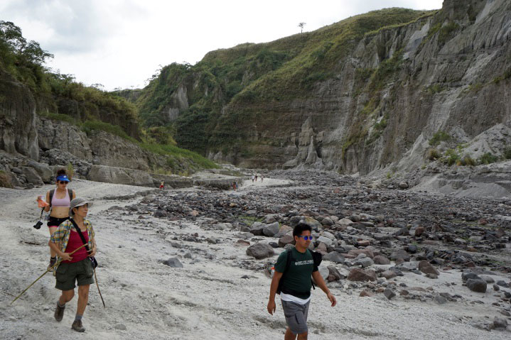 The trek downhill (Photo by Sonny Siasoco)