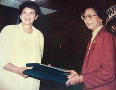 Constitutional Convention President Cecilia Muñoz-Palma present President Cory Aquino a draft of the 1987 Constitution. (Source: Official Gazette)