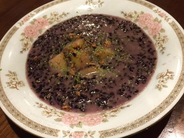 Dessert of purple rice with apples and pinipig. (Photo by Wilma Consul)