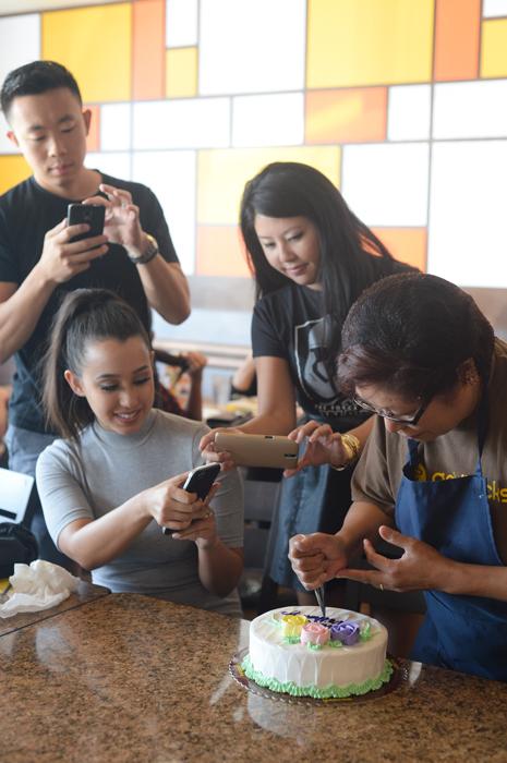 Cake decorator Melinda Belarmino demonstrates Goldilocks' signature style of cake writing. (Photo by Sunantha Mendoza-Quibilan)