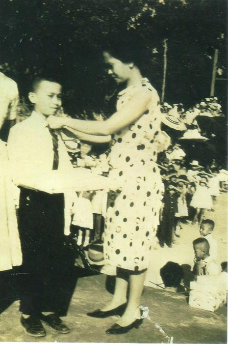 The author's mother pinned him a ribbon at his school's closing ceremonies on April 17, 1964.(Photo courtesy of Rey E. de la Cruz)