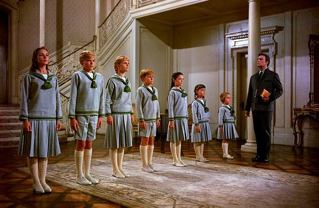 One of the most beloved sets of siblings in popular world culture – ang mga batang von Trapp ng pelikulang The Sound of Music (1965). L-to-R: sina ate Liesl (Charmian Carr, R.I.P.), kuya Friedrich, ditse Louisa, diko Kurt, sanse Brigitta, Marta, and bunso Gretl, the nene of the group. Of course, those were the fictional names of the musical's kids. (Source: Associated Press.)