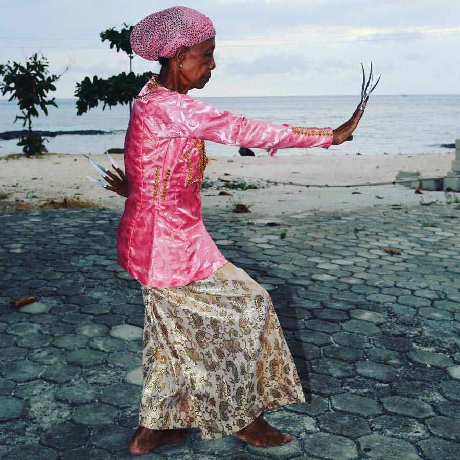 Elder Tawi Tawi dancer by the sea. (Photo by pc@maedayimages)