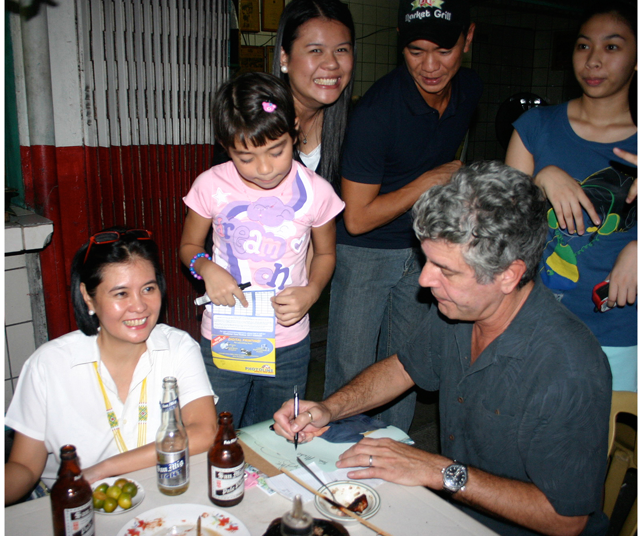 Obliging his fans with photo ops and book signing at Aling Lucing Sisig, Angeles City, October 2008. (Photo courtesy of Claude Tayag)