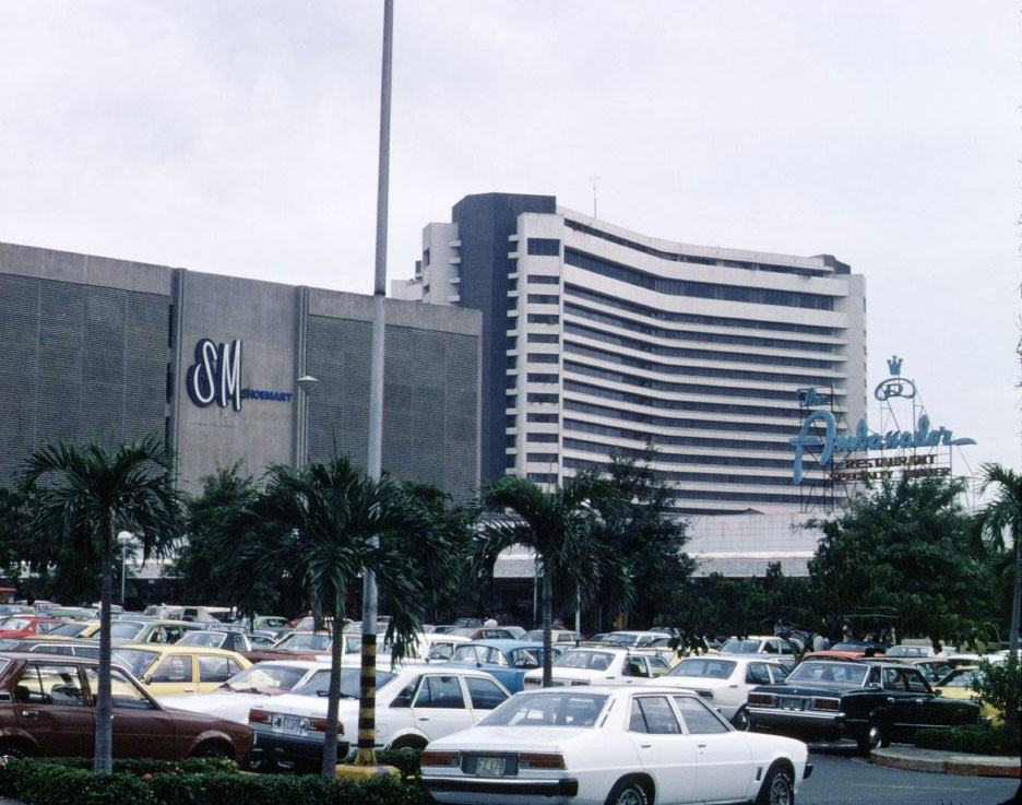 Manila Garden Hotel (right) back in 1980s (Source: flickr/potet_jp)