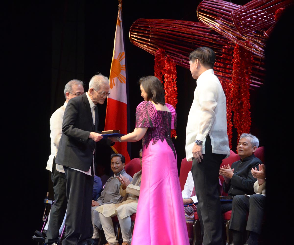 Howard Dee receiving Ramon Magsaysay Award from Vice President Leni Robredo