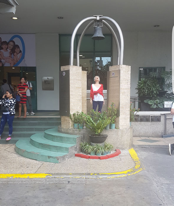 The bell at Robinson's Mall on Padre Faura Street (Photo by Emilie Protacio Valvidia)