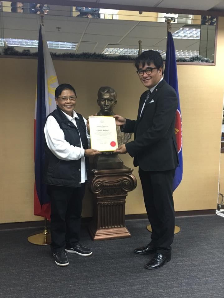Consul Deric Atienza handed the Consulate's plaque of appreciation to Ching on Feb 3, the day she went home for good (Source: The Sun, HK)