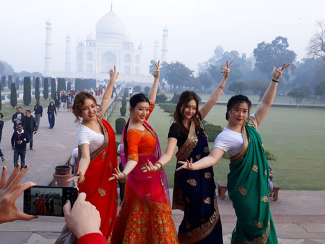 Sorry, no Pinoy-spotting there, instead there was this attractive quartet of four ladies from China, with guy-escorts in costume as well, doing a pictorial shoot in front of the revered Taj Mahal which one can barely see, hidden in the mist. This quartet provided a lot of color but they started to get rowdy, causing a sentry to come over and admonish them. Oy, the new Chinese tourists!!  (Author's personal collection.)