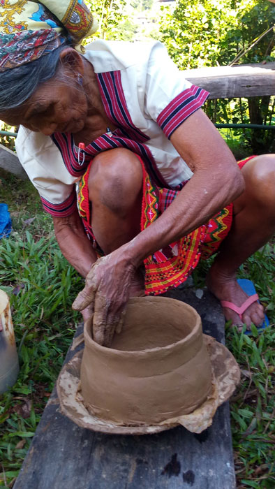 Com-As Sangga oldest Dangtalan potter shaping the pot. (Photo by Lourdes Guieb-Demetillo)