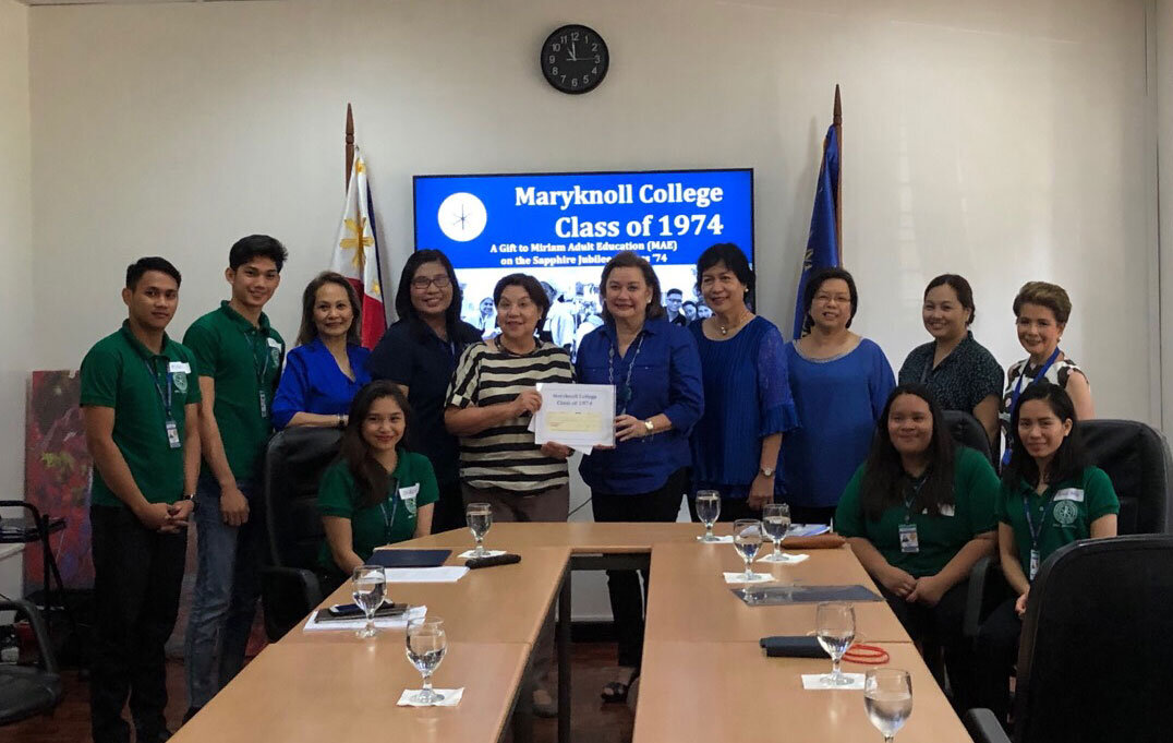 Miriam Adult Education scholars (all in green) receive gift of sewing machines and scholarships from Sapphire Jubilarians, from left: Edy Lim, Esq., MAE Principal Glenda R. Villanueva, Miriam College President Dr. Rosario O. Lapus, Menchu Henson, Lynda Geraldez and Amb. (Ret.) Millie Santamaria- Thomeczek, Miriam College Middle School Principal Luwi Tampinco and Miriam College Alumni Engagement Office Director Rorit Mendoza.
