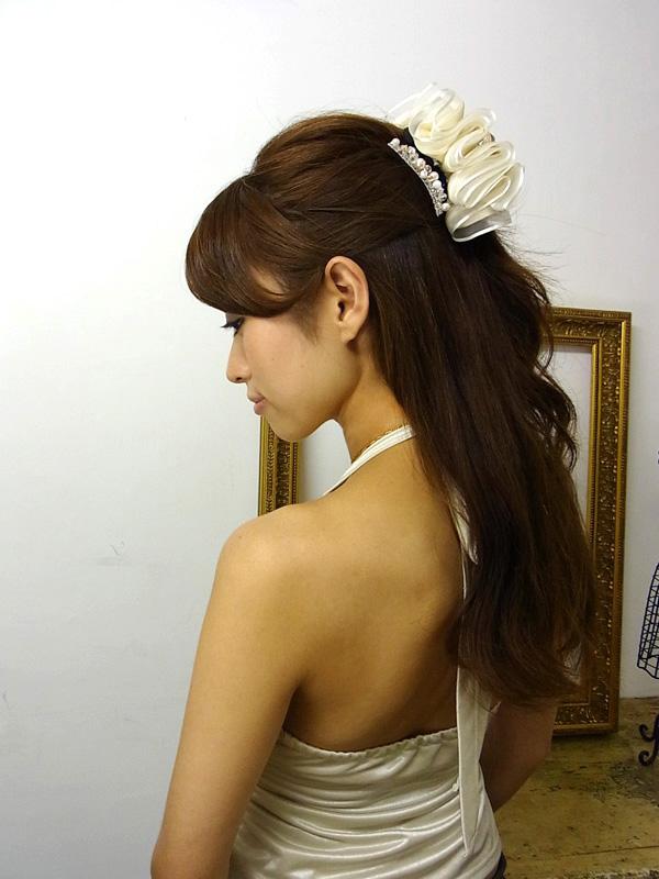 毛先は巻いてボリュームを出すと華やかな仕上がり。(hairartjapan コームピンパールシルバー併用)