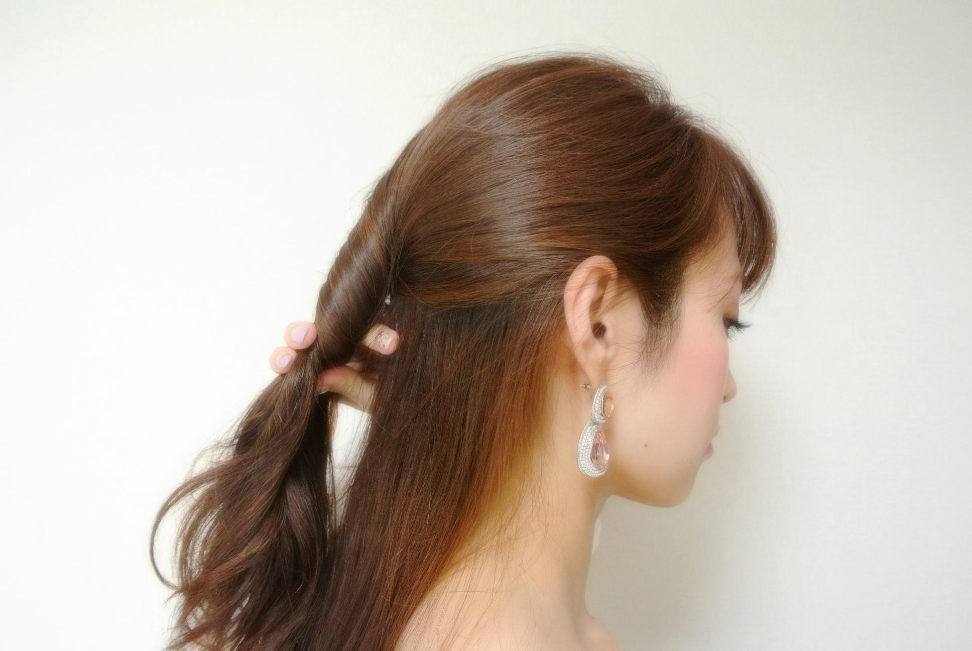 ①ハーフアップにしたいところでとったトップの毛を下に向かってねじり、