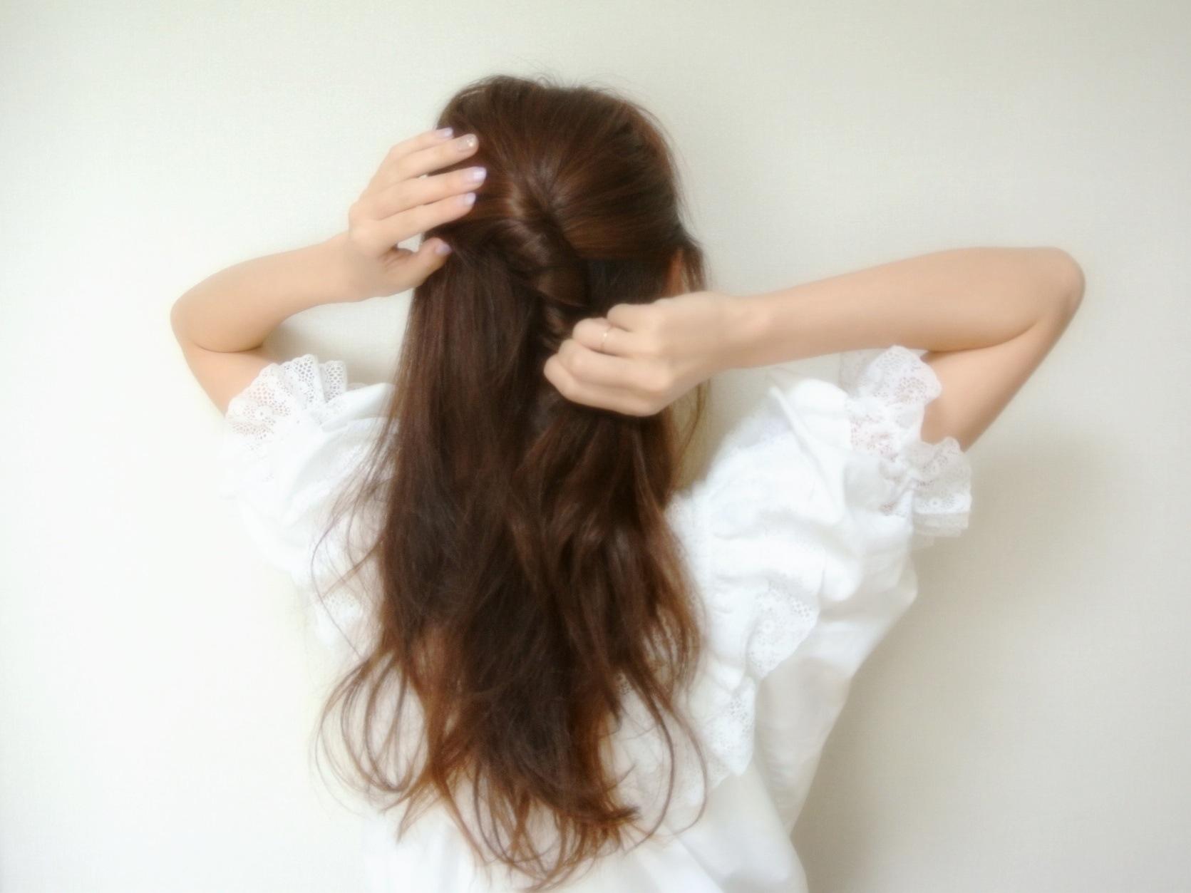 ①上半分の髪をまとめてねじります。