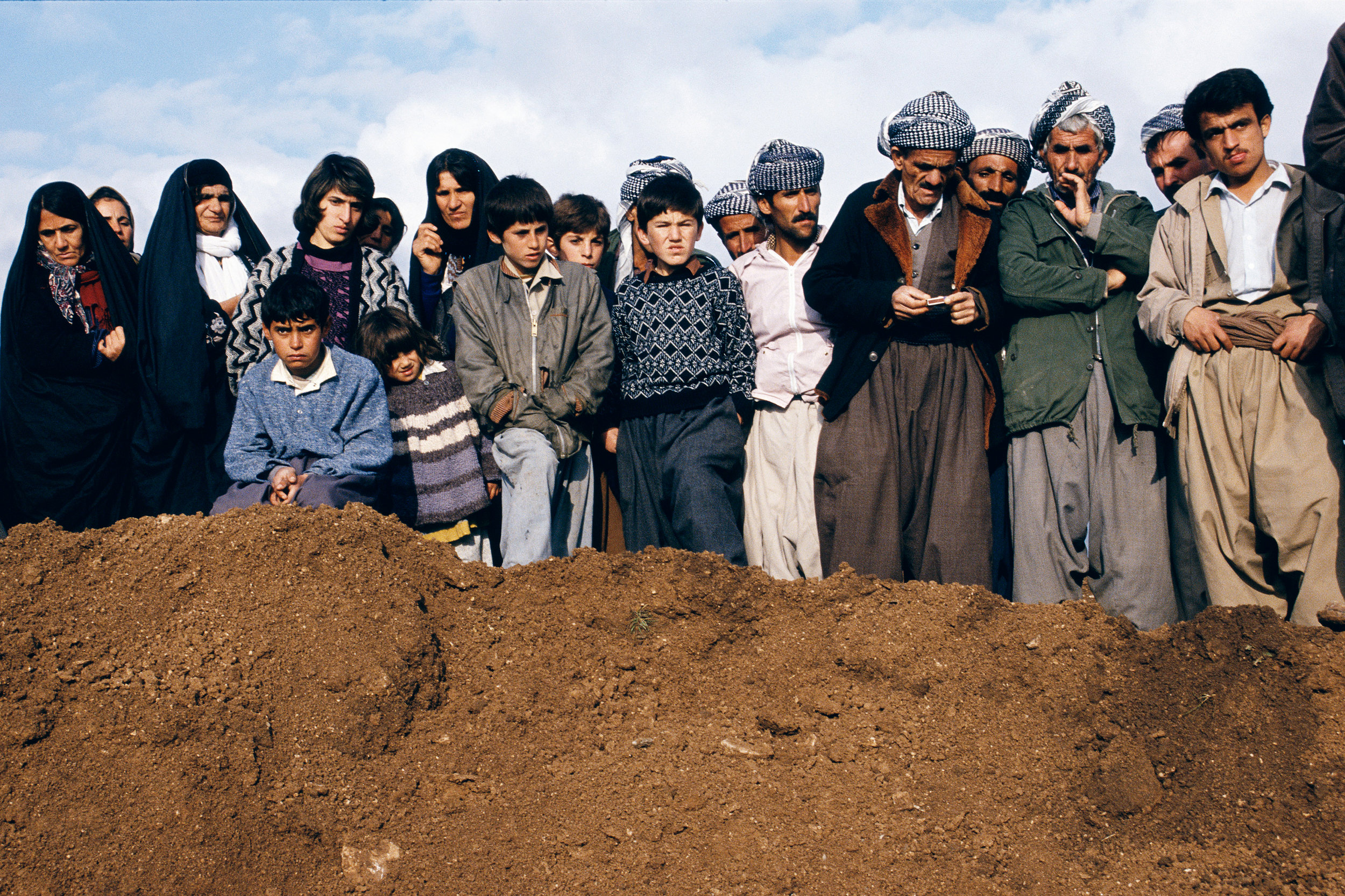 Villagers watch exhumation at a former Iraqi military headquarters outside Sulaymaniyah, Northern Iraq,  1991 © Susan Meiselas