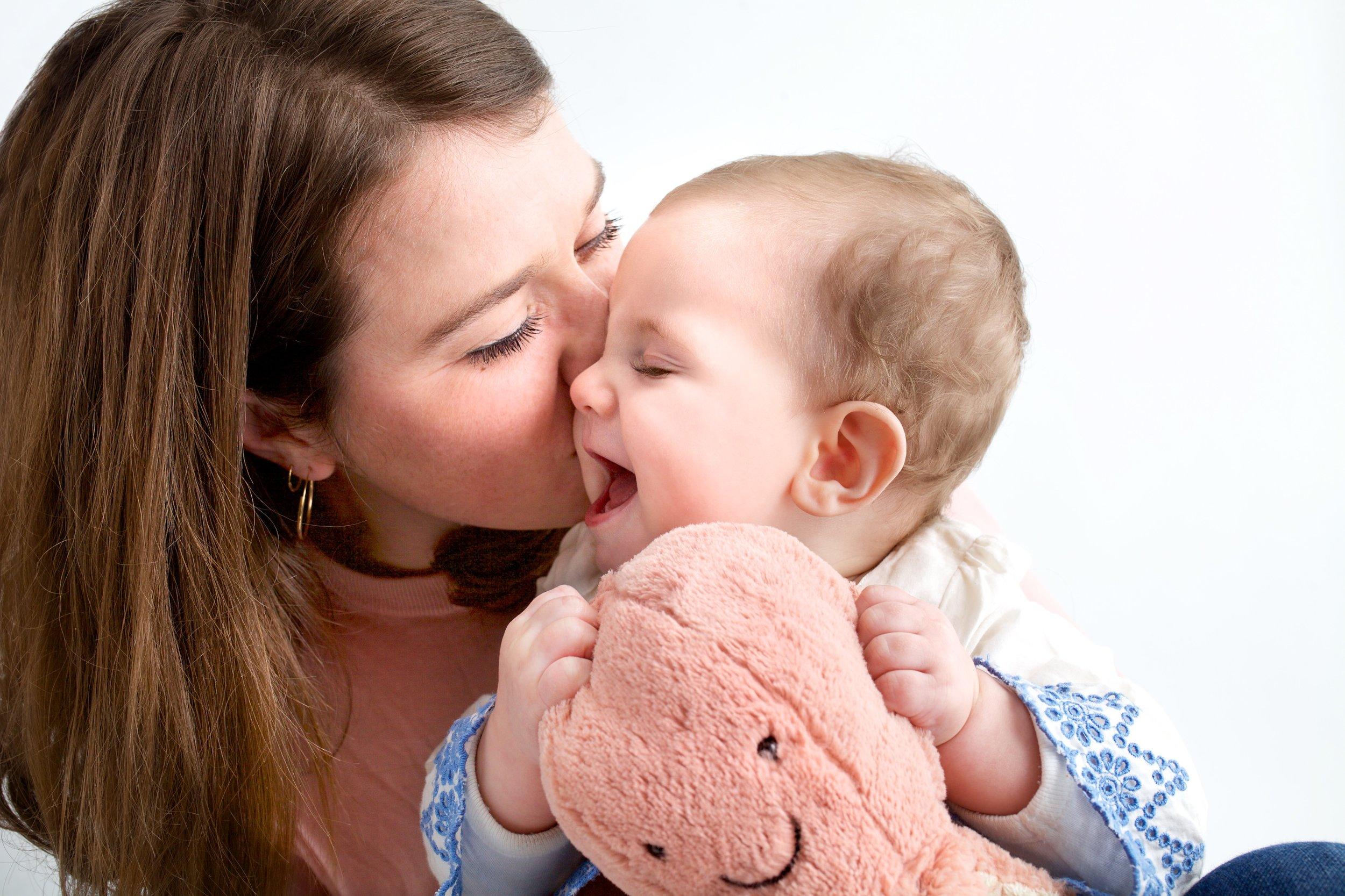 photo bisous de maman lara lutz photographe enfants et famille.jpg