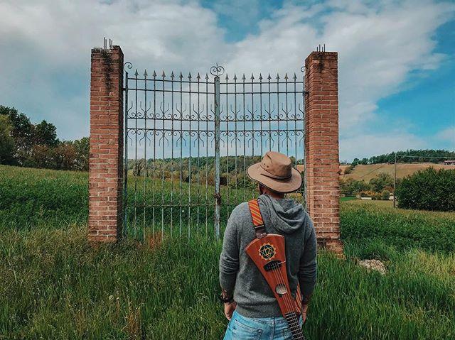 TAPPA 6: FORNOVO Pasqua in cammino. La relatività dei muri e delle porte chiuse che ci si presentano. #walkandroll #tornoacasaapieditour #viafrancigena