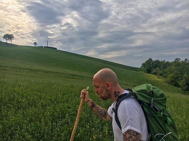 TAPPA 7: CALESTANO Festeggiare Earth Day🌍 con i piedi nella terra (foto1) e suonare🎸 in un posto magico (@lalocandanelvento) in cui si ascolta l'oracolo nascosto nell'aria che soffia. (Foto 2) 🙏🏼Grazie a chi c'era ieri sera e a chi si è fatto anche un gran numero di miglia per venirmi a sentire! 🌍ci vediamo là fuori🌍 #walkandroll #tornoacasaapieditour