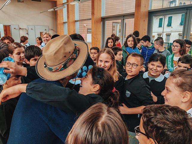 """TAPPA 10: AULLA Oggi abbiamo accompagnato @legambiente lungo  #greenway della @viafrancigena_aevf fino all' inaugurazione di un progetto #plasticfeee per le scuole di Aulla. Erano presenti le classi 5a e 5 b della scuola primaria di Aulla Micheloni e la classe 2 b delle scuole medie Dante Alighieri. Abbiamo cantato riso e perfino scritto un brano insieme.  Ero un po' malinconico stamattina, poi ci sono stati questi abbracci. Se il futuro è nelle loro mani, c'è speranza. 🌍 P.s. nella seconda foto ho chiesto """"chi vuol venire con me fino a Roma?Alzate la mano!""""✋🏻😁 #walkandroll  #tornoacasaapieditour"""