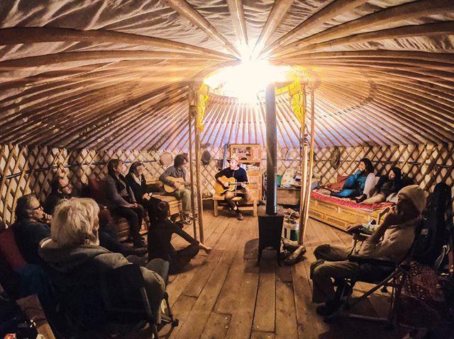 """TOPLECCA DI SOPRA Tu hai mai suonato in una Yurta? Sì ho cantato """"lascia la Yurta aperta""""."""