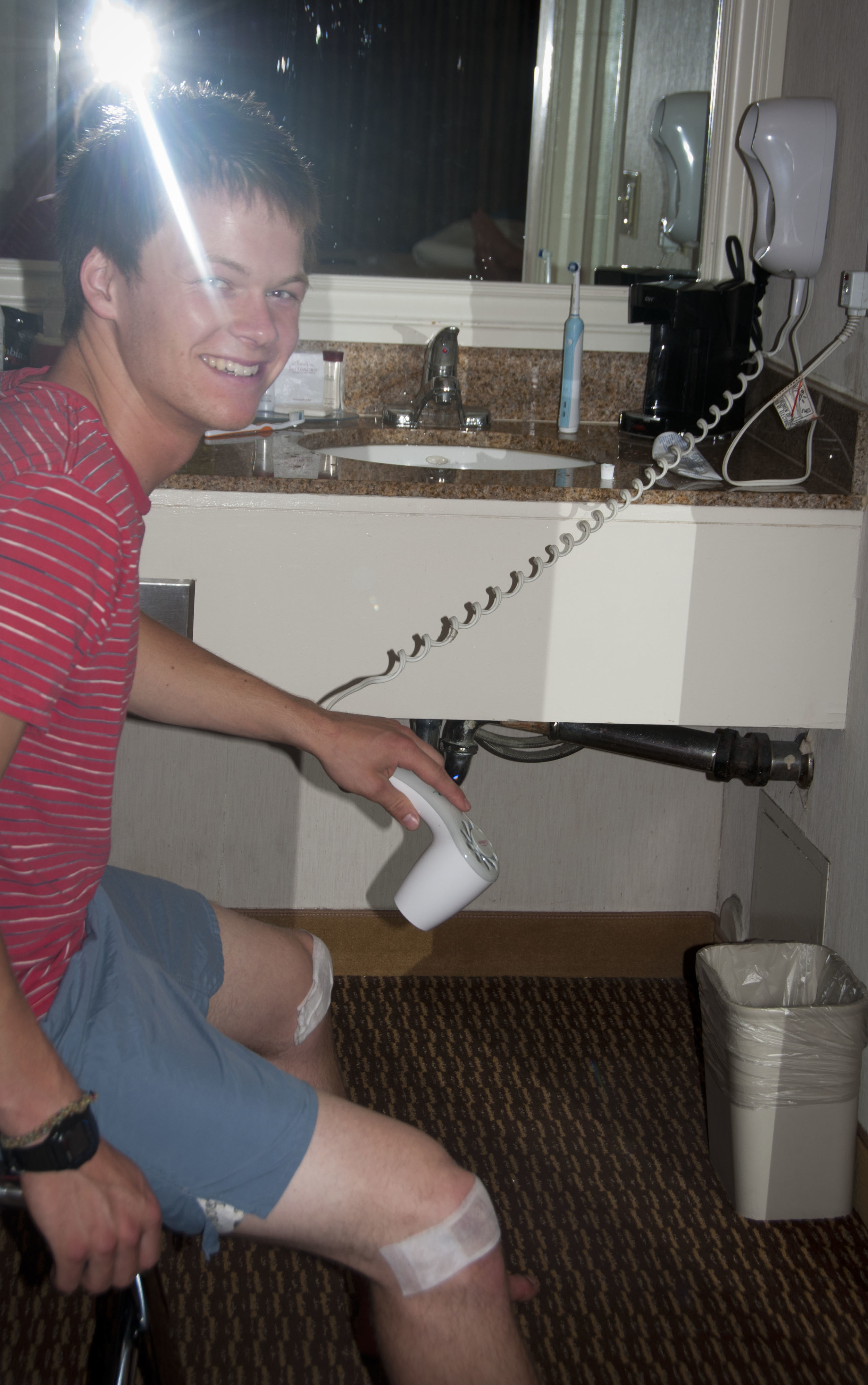 dan blow drying his knees the night before the race. it must've worked because we ran the whole way!
