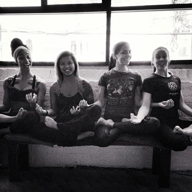 Ariel yoga w/ amigas @sassyaja @jennika @aubrymarie ✨#airyoga