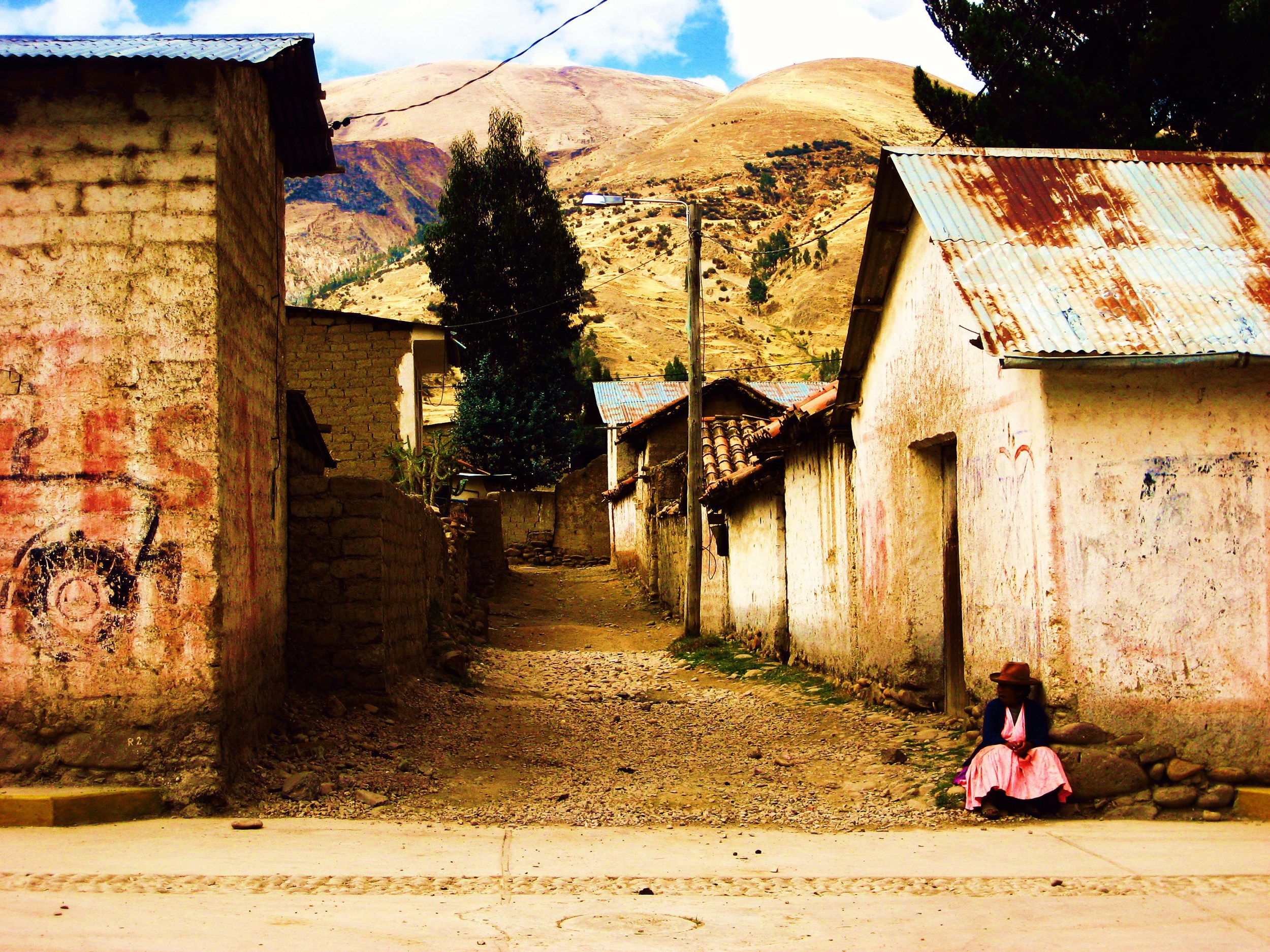 mujer en falda rosada bright.jpg