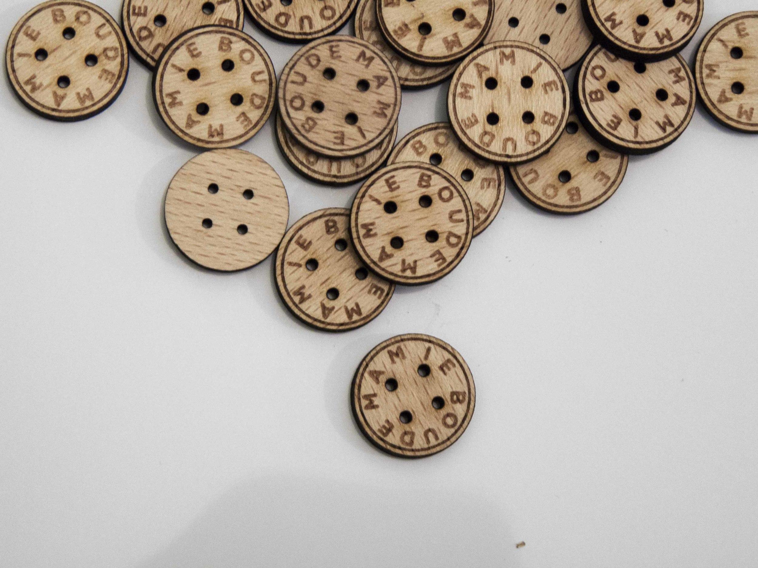 Bouton - Pampille - Plaque - Etiquette - Tag en bois gravé avec logo de la marque / sur-mesure