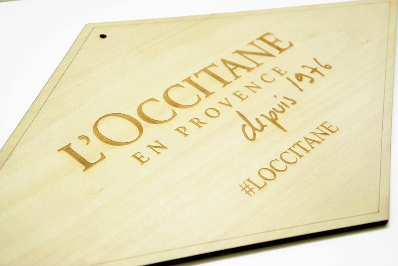 Panneau avec logo gravé et découpé, en bois plexiglas, sur-mesure