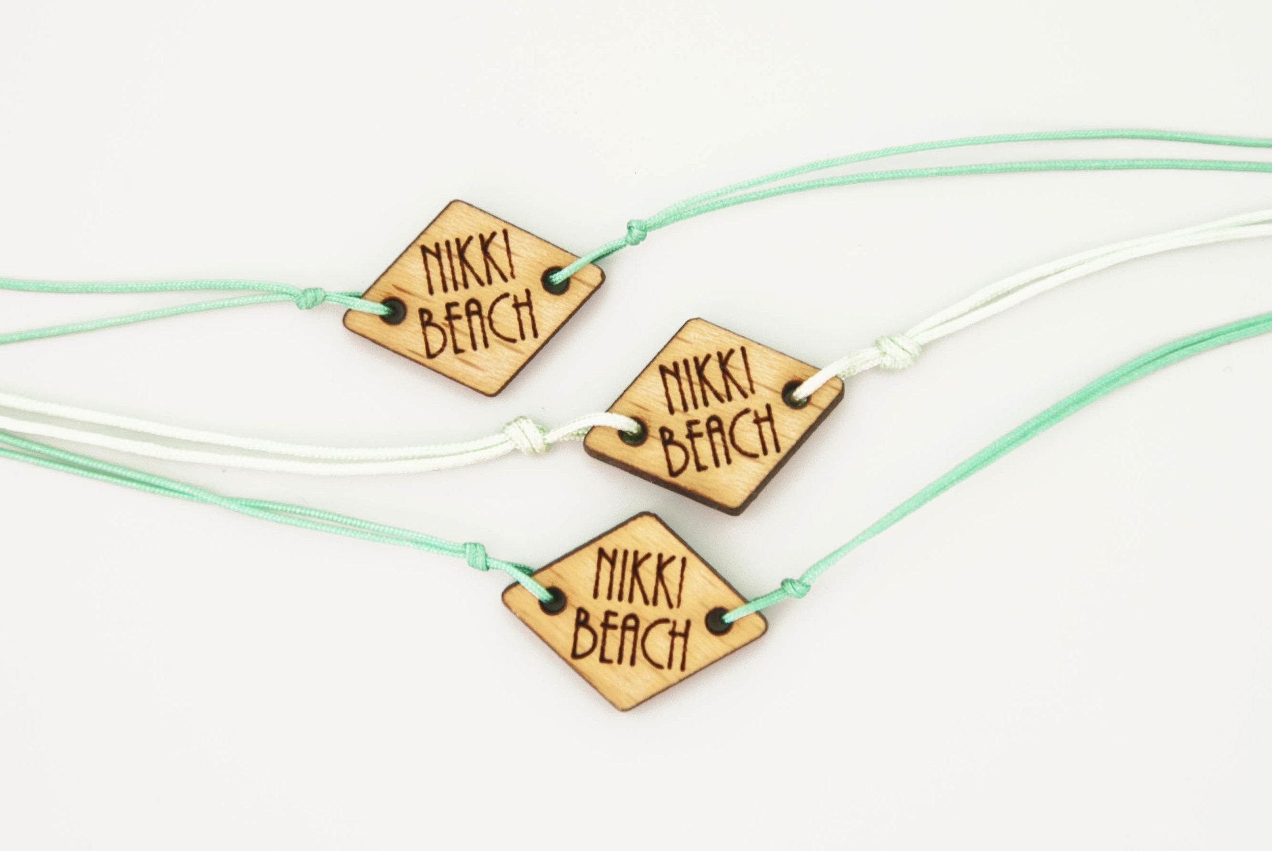 Pampille / Bracelets en bois massif, personnalisés avec logo de la maque