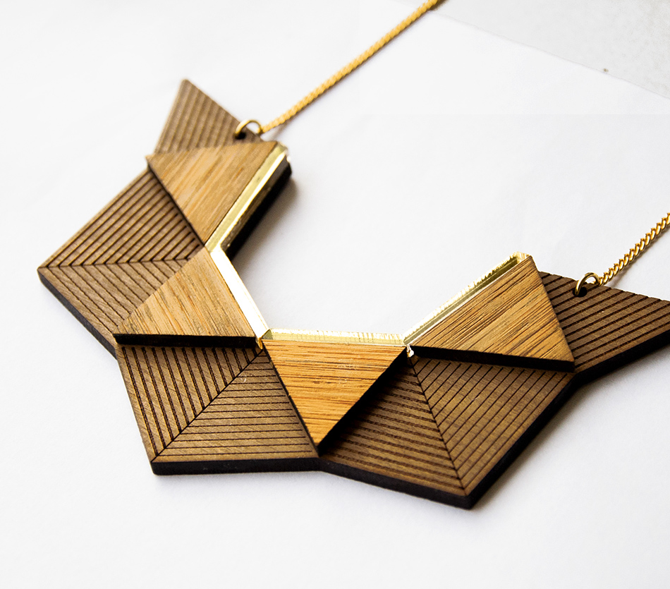 """bijou bijoux - collier plastron - plexi bois - """"made in france"""" fabriqué en France - assemblé à la main - créateur - géométrique graphique hexagone origami"""