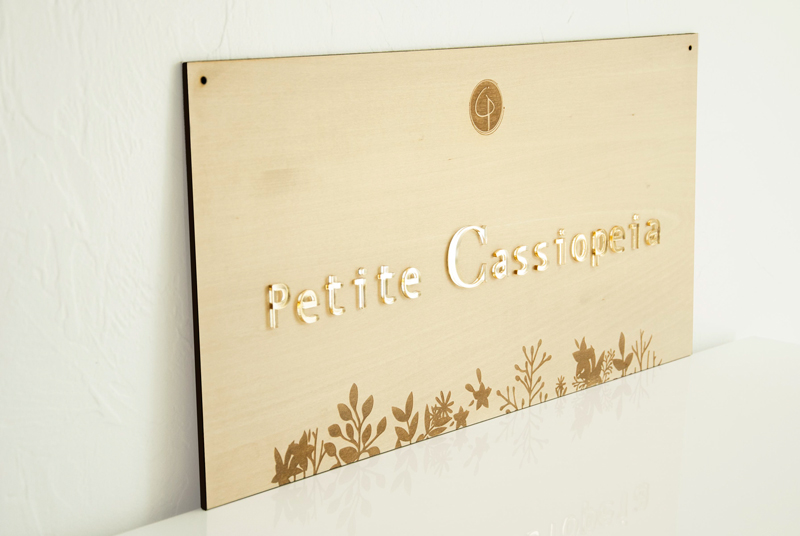 Plaque marque logo sur-mesure en bois et plexi doré