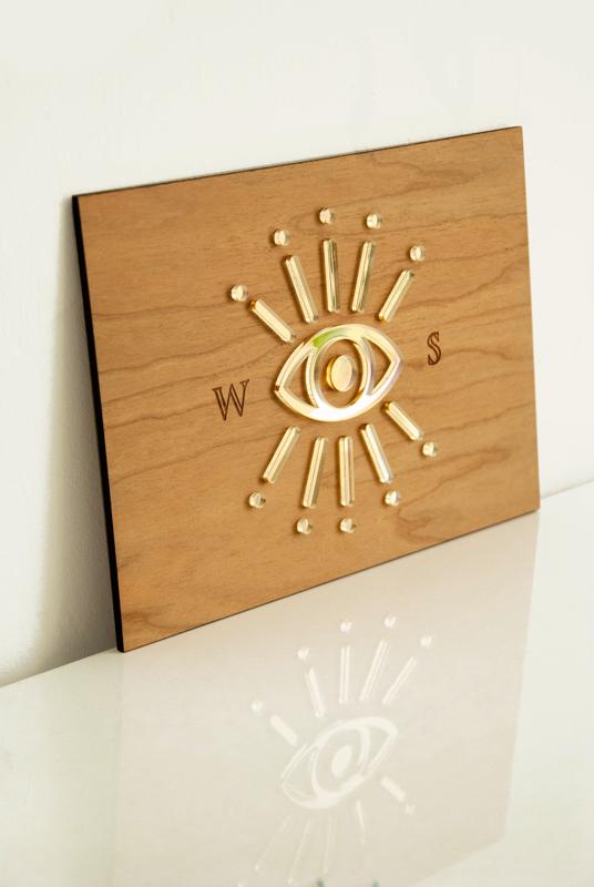 plaque logo sur-mesure en bois et plexiglas doré