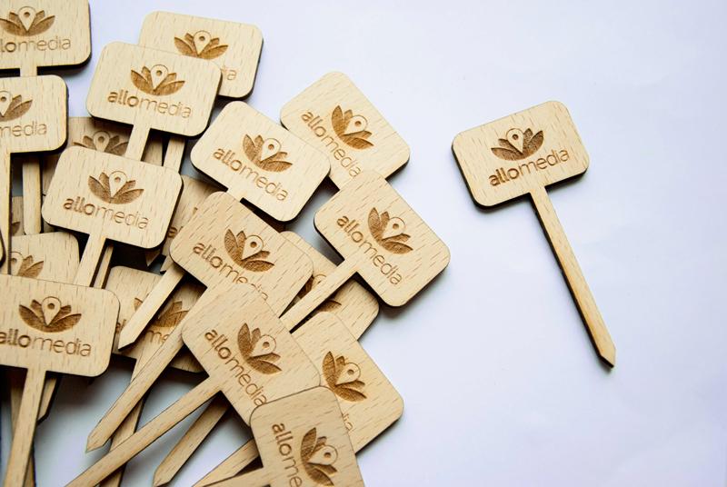 Pique à plante avec logo de l'entreprise
