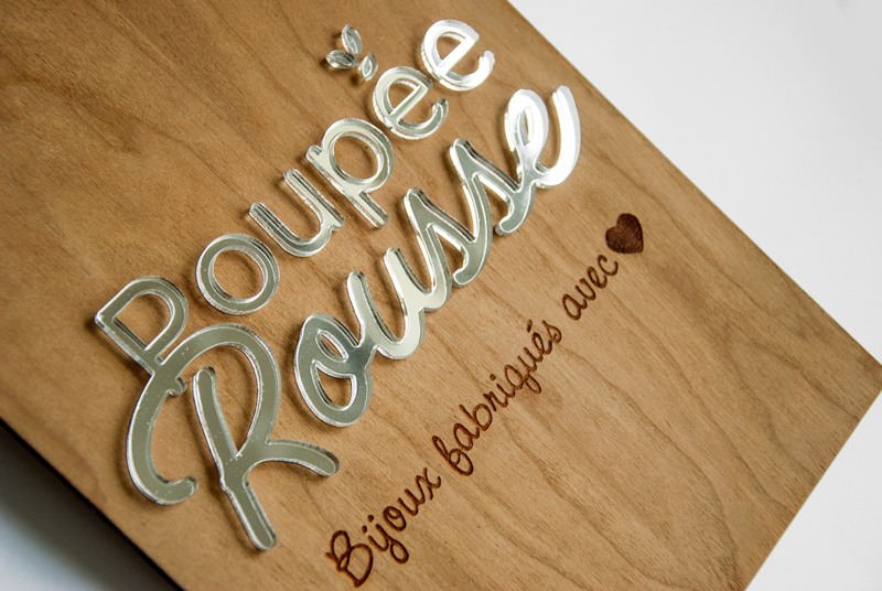 Plaque logo en bois et plexi argenté