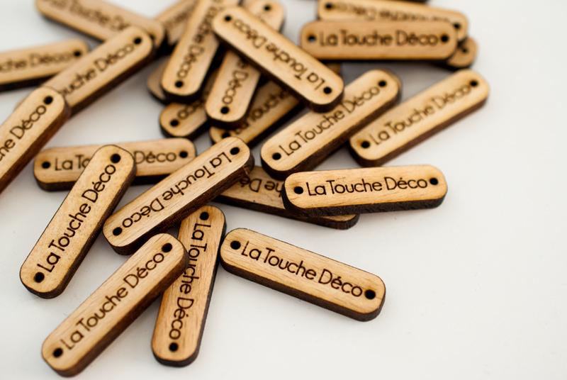 Pampille en bois gravée sur-mesure avec logo
