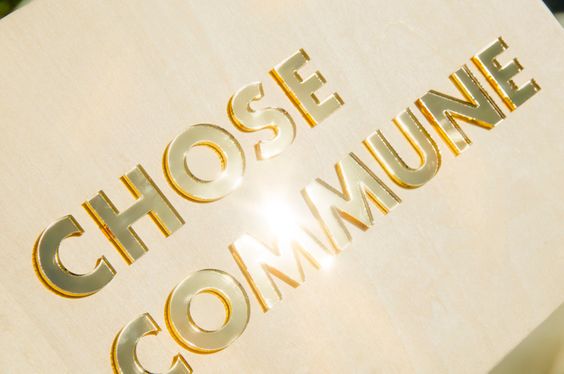 Logo en bois et plexiglas doré
