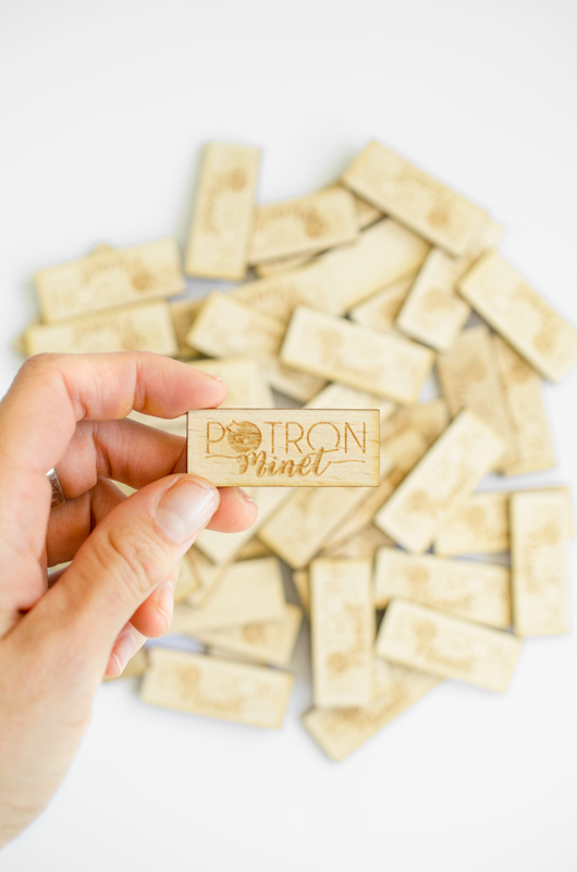 Pampille en bois avec logo gravé - sur-mesure