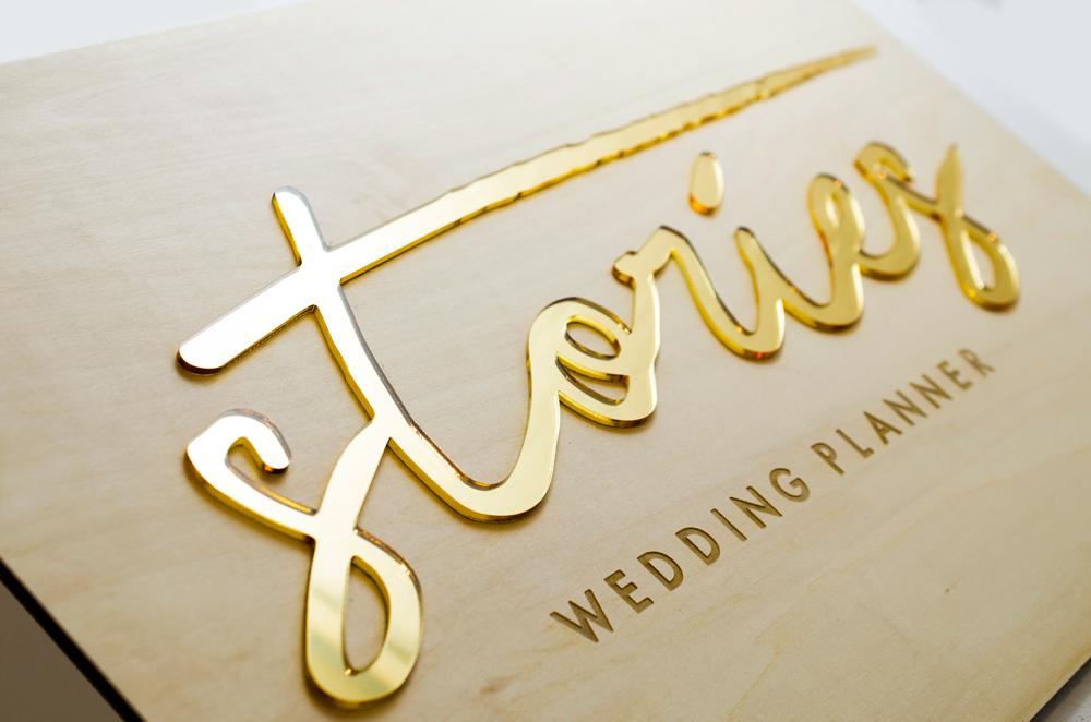 Logo en bois et plexi doré sur-mesure