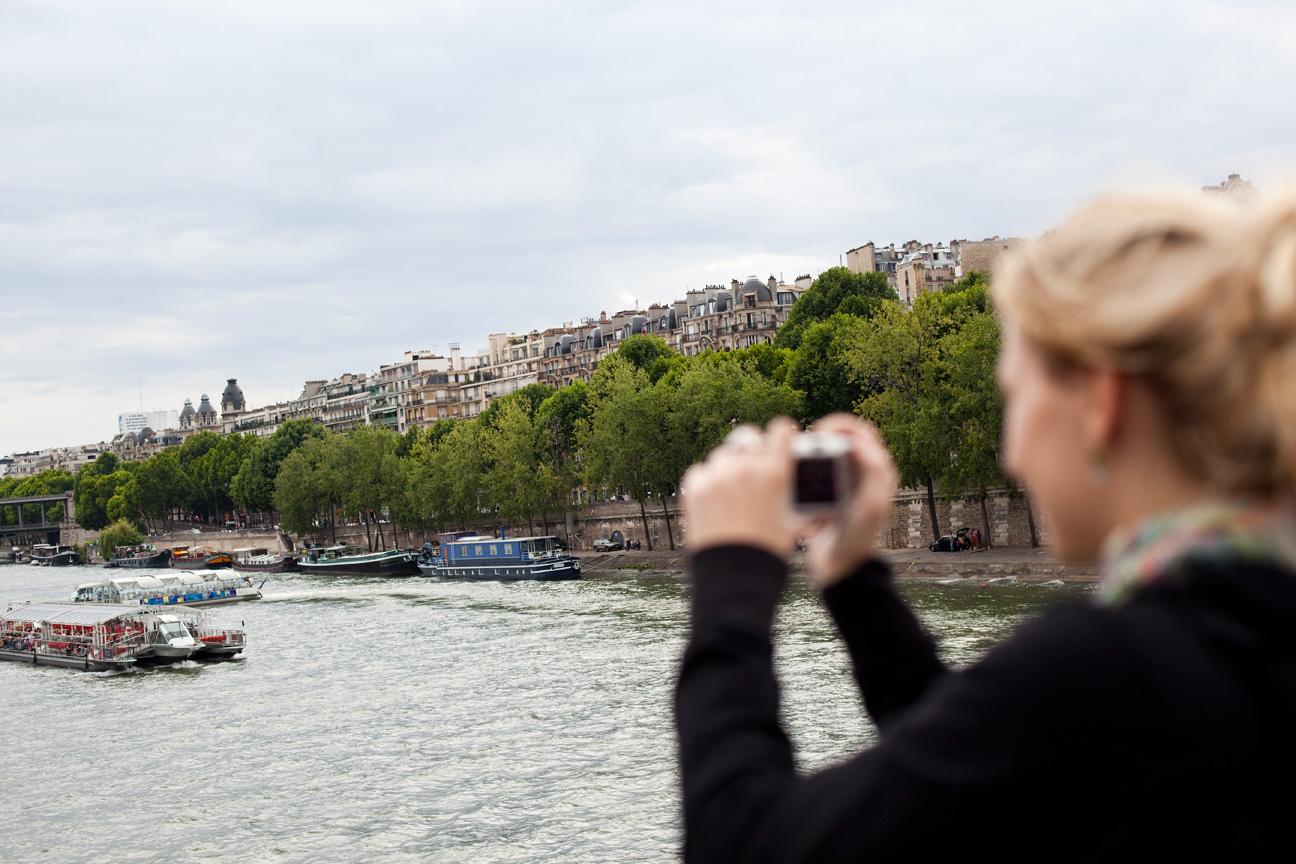 Woman_Taking_Photos_Seine_Paris.jpg