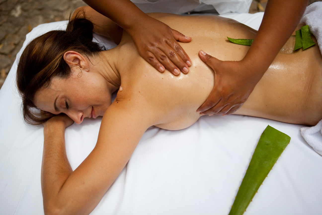 Woman_Getting_Aloe_Massage.jpg