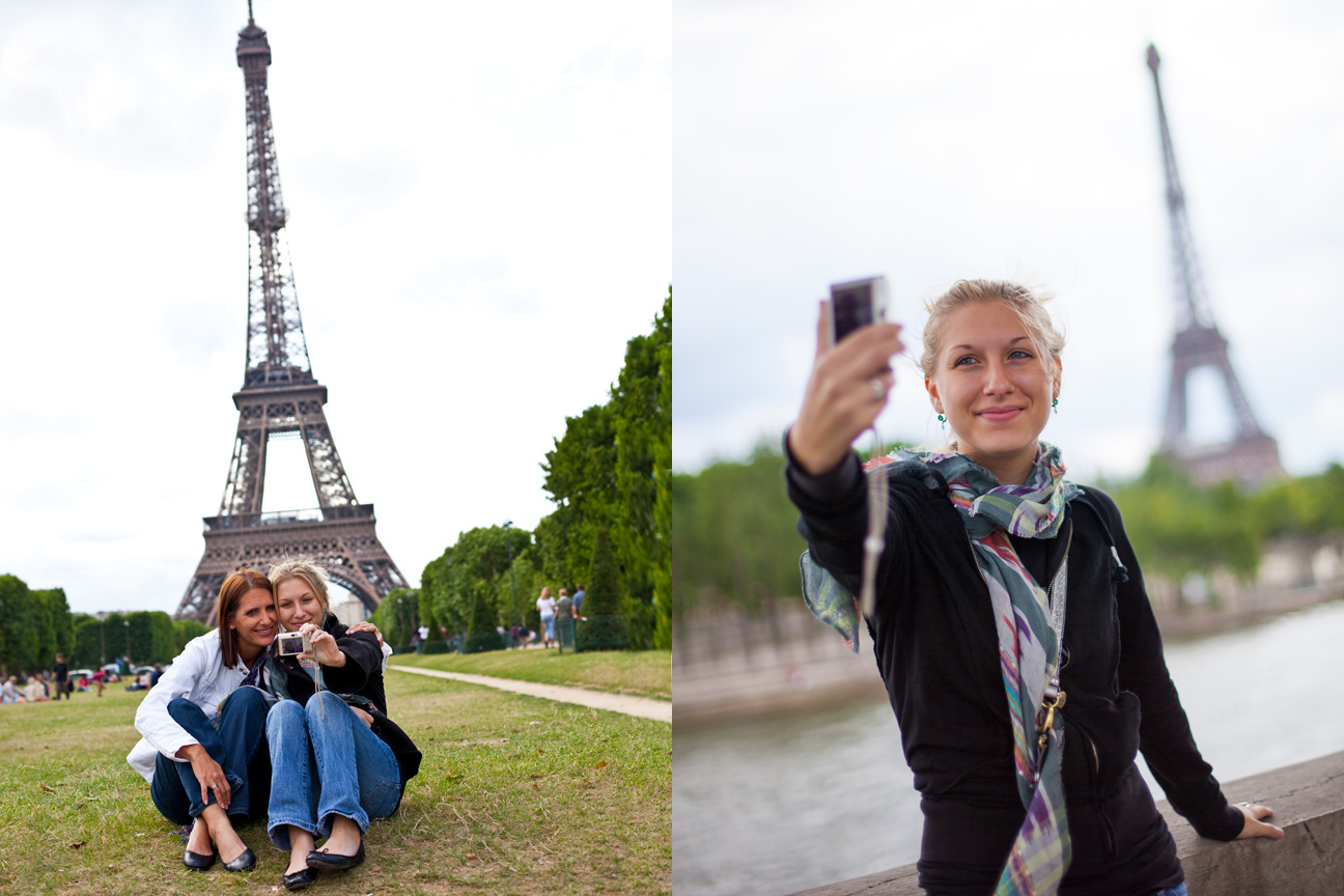 Mother_Daughter_Taking_Photo_Eifel_Tower.jpg