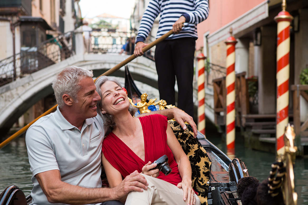 Romantic_Couple_Gondola_Ride_Venice_Italy.jpg