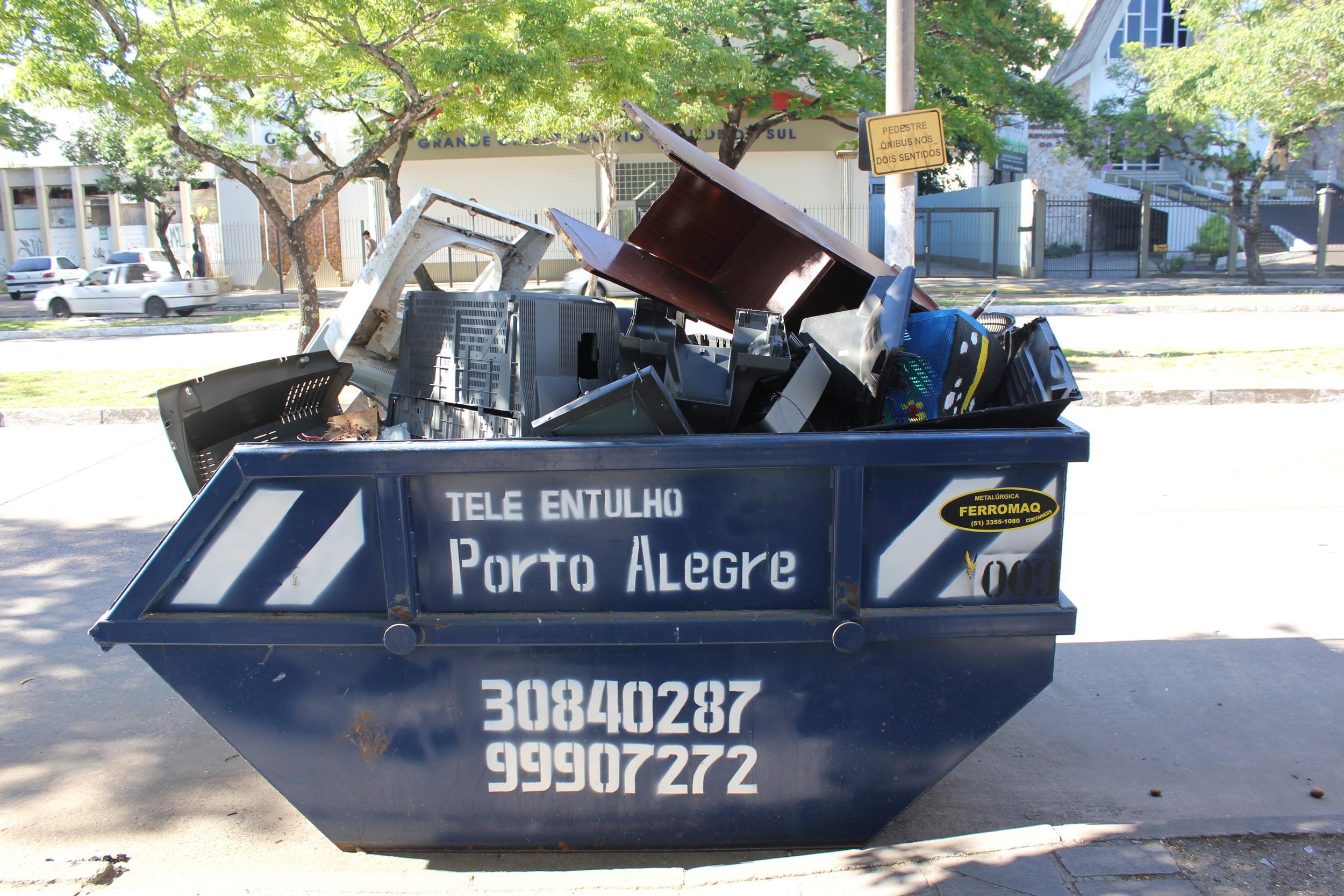 Segundo a Associação Brasileira de Empresas de   Limpeza Pública e Resíduos Especiais (Abrelpe) a produção de   lixo no Brasil cresce a um ritmo maior do que o da população. Nos últimos dez anos, a população do Brasil aumentou 9,65%. No mesmo período, o volume de lixo cresceu mais do que o dobro disso, 21%. O Brasil está virando um país de obsolescência acelerada? Quais as implicações para o futuro?