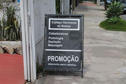 Um salão de beleza na Vila Madalena oferece descontos só para cabelos. (Obs: somente o seu cabelo tem desconto, você não!)   Já viram algum exemplo de promoções engraçadas?