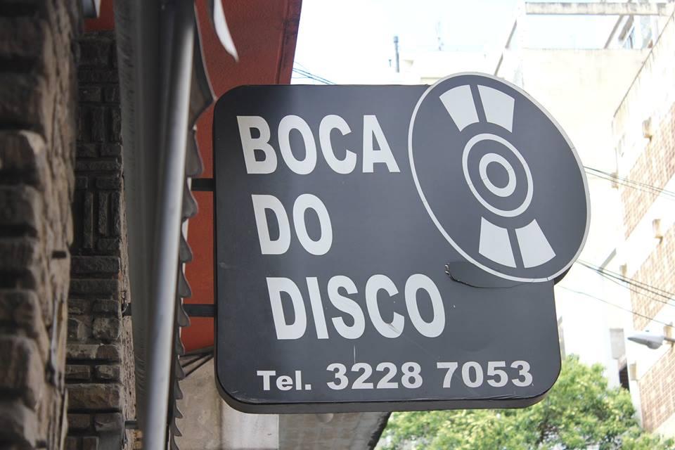 No Brasil a moda começou no Discman, depois o CD e então a moda era ter um MP3 - mágica de colocar as músicas em um caixinha. Então, o velho virou o novo novo. E agora, virou moda escutar e colecionar vinil?